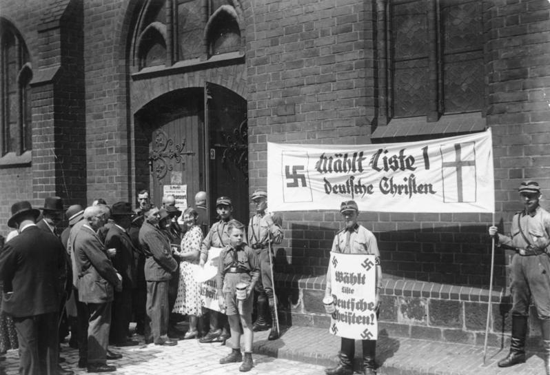 Kirchenwahl am 23.7.1933 in Berlin. SA-Männer vor der Marienkirche