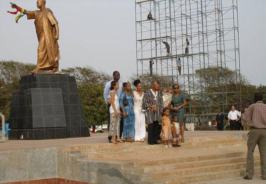 Dr Francis Nkrumah (with Northern smock), accompanied by his family, placing a wreath at the statue of his father (photo: C. Lentz)