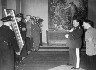 Hitler überreicht Hermann Göring (1893–1946) zu seinem 45. Geburtstag am 12. Januar 1938 ein Gemälde