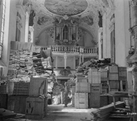 ein US-amerikanischer Soldat inmitten von aufgefundenen Kunst- und Kulturgütern in der Schlosskirche Ellingen (Bayern).