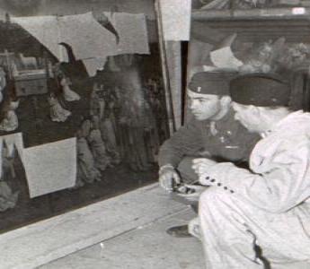Angehörige der US-Streitkräfte bei der Begutachtung eines Teils des Genter Altars 1945