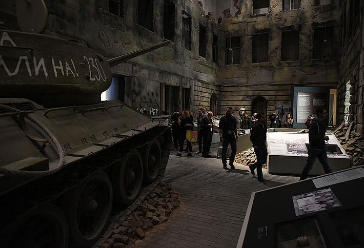 Straßenszene im Nachkriegspolen nachgestellt im Museum des Zweiten Weltkriegs in Gdańsk.