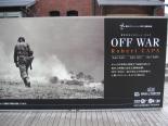 Plakat zur Ausstellungseröffnung Off War.  © User: skyseeker, OFF WAR -Robert CAPA-, Yokohama/Japan, 29.10.2005. Quelle: Flickr  (CC BY 2.0)