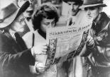 Interessierte Zeitungsleser nach der Urteilsverkündung der Nürnberger Prozesse, 1. Oktober 1946 Fotograf/in: unbekannt.  German Federal Archives/Bundesarchiv, Bild 146-1990-032-29A, CC-BY-SA 3.0