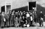 """Befreite jüdische Frauen mit Soldaten der Battalion """"Zośka"""" der polnischen Heimatarmee"""