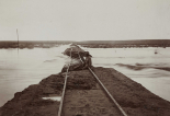 Unterspülter Bahndamm zwischen Keetmanshoop und Lüderitz, Fotografie, um 1910 © Deutsches Historisches Museum
