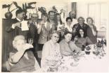 Schwarzweißfoto: Menschengruppe prostet während der Feierlichkeiten am 8. März 1970 in die Kamera