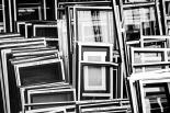 Schwarzweißfoto: Leere Bilderrahmen