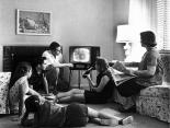 Familie beim Fernsehen, ca. 1958