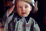 Filmstill aus dem Film Kleine Germanen - Kleines Mädchen salutiert