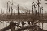 Foto: Australische Soldaten in der Nähe des Ypernbogens in Belgien am 29. Oktober 1917 von Frank Hurley.  Quelle: Wikimedia Commons Australian War Memorial. Bildnummer E01220.