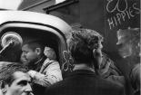 Menschen vor einem Militärfahrzeug und Hippie-Graffiti bei der Besetzung Prags 1968