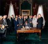 President Kennedy signs the Limited Nuclear Test Ban Treaty, 7. Oktober 1963.