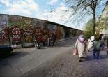 Leben an der Mauer in Kreuzberg am Leuschnerdamm, hier bemalt von dem Graffiti-Künstler Indiano (Jürgen Große), April 1990