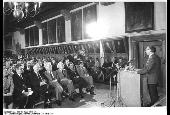 Frühjahrsmesse-Buchmesse Leipzig © Bundesarchiv, Bild 183-1987-0315-120, Foto: Grubitzsch (geb. Raphael), Waltraud (CC BY-SA 3.0 DE)
