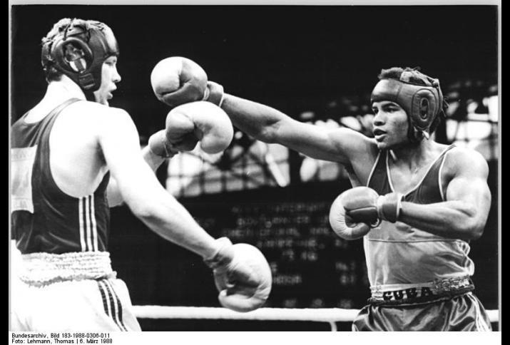 Chemiepokal 1988: Angel Espinosa gegen Henry Maske © Bundesarchiv, Bild 183-1988-0306-011, Foto: Lehmann, Thomas (CC BY-SA 3.0 DE)