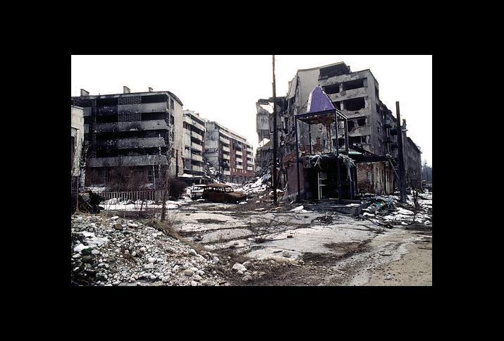 Der Stadtteil Grbavica in Sarajevo, vier Monate nach dem offiziellen Ende des Bosnienkrieges und der Unterzeichning des Dayton-Abkommens. 9. März 1996
