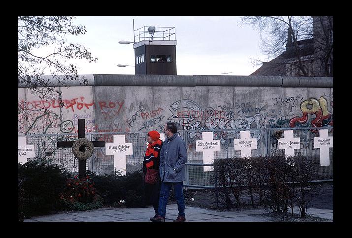 Symbolische Grabkreuze gedenken im Januar 1990 an die Opfer, die versucht haben über die Berliner Mauer in den Westen zu flüchten.