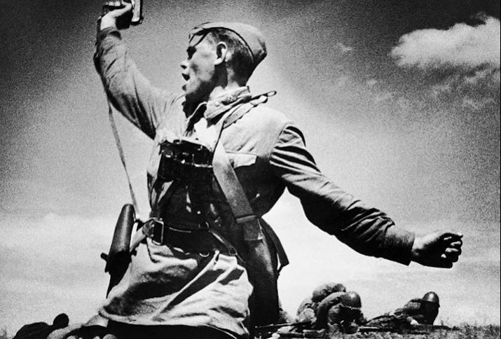 Sowjetischer Offizier führt den Angriff der Soldaten.