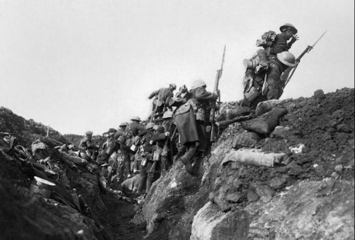 Zu Beginn der Schlacht an der Somme 1916 sollen britische Truppen den Graben verlassen haben. Das Foto wurde jedoch während einer Übungseinheit von Ivor Castle aufgenommen.