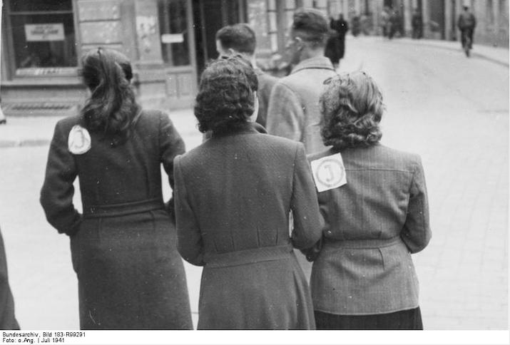 Wilna, Frauen mit Juden-Kennzeichen Kennzeichnung der Juden in Litauen, Juli 1941.