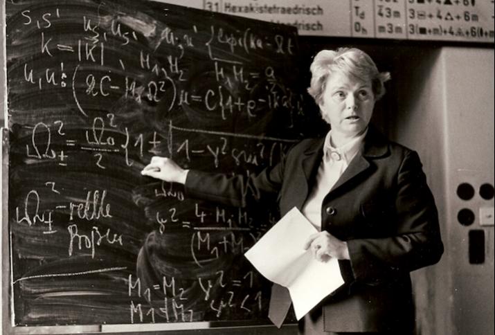 Prof. Dr. Karin Herrmann an einem komlpexen Tafelbild.