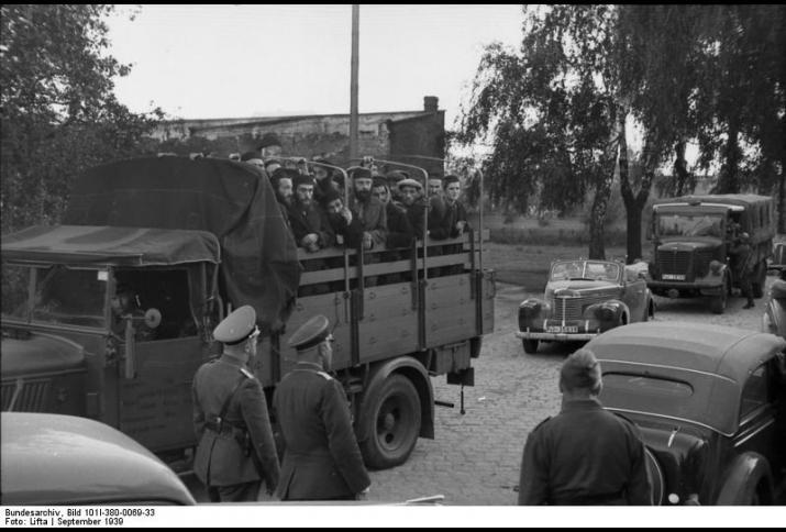 Transport verhafteter Juden auf einem LKW unter Bewachung von Polizei und Sicherheitsdienst. © Bundesarchiv, Bild 101I-380-0069-33 / Lifta / CC-BY-SA 3.0