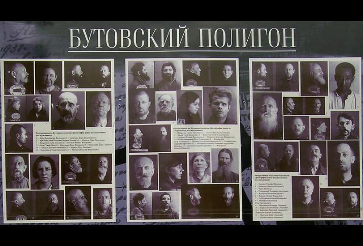 Der Große Terror. Teilansicht einer Gedenktafel mit Fotos von Opfern des Großen Terrors, die auf dem NKWD-Schießplatz in Butowo bei Moskau erschossen wurden.