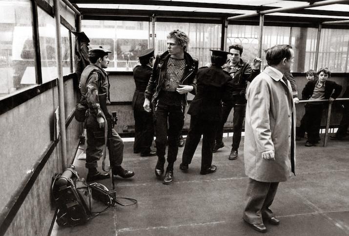 Paul Simonon (l.) und Joe Strummer (r.) von The Clash an einem Checkpoint in Belfast, Oktober 1977.