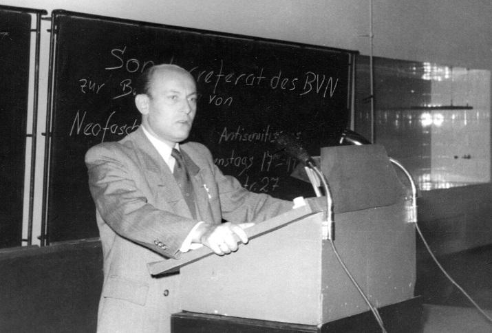 """Veranstaltung des BVN an der Technischen Universität Berlin. Auf der Tafel ist Werbung für das """"Referat N"""" erkennbar, West-Berlin 1953"""