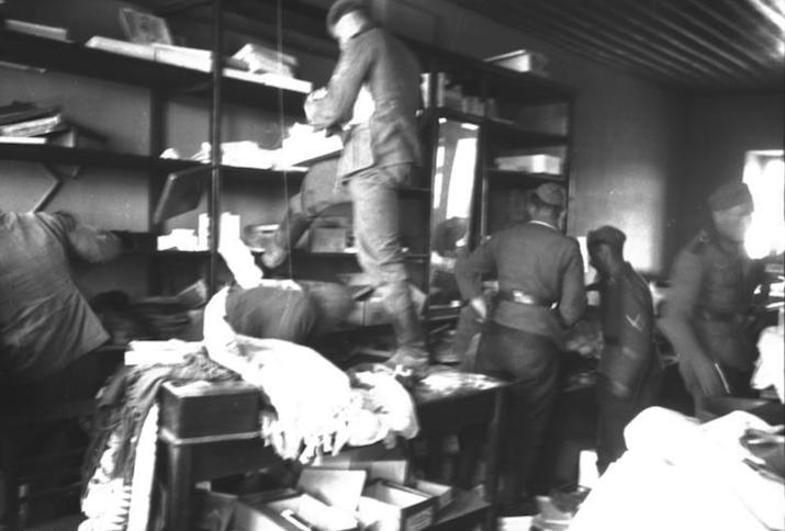 Deutsche Soldaten im April 1941 in einem griechischen Geschäft.
