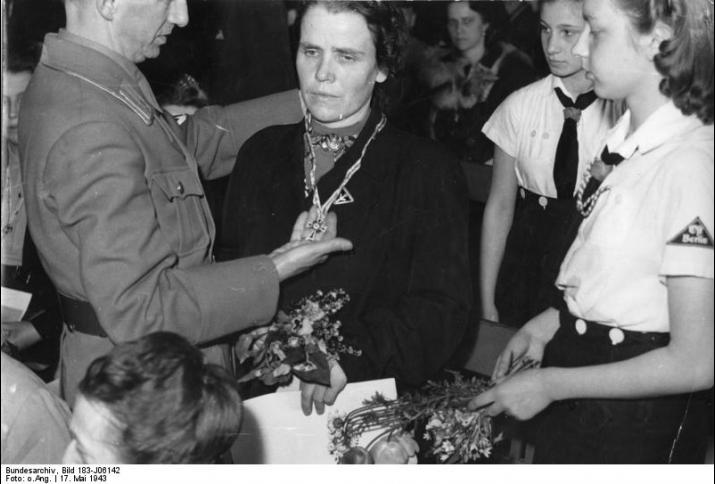 Auszeichnung einer Mutter in der Berliner Litzmannschule 17.5.1943