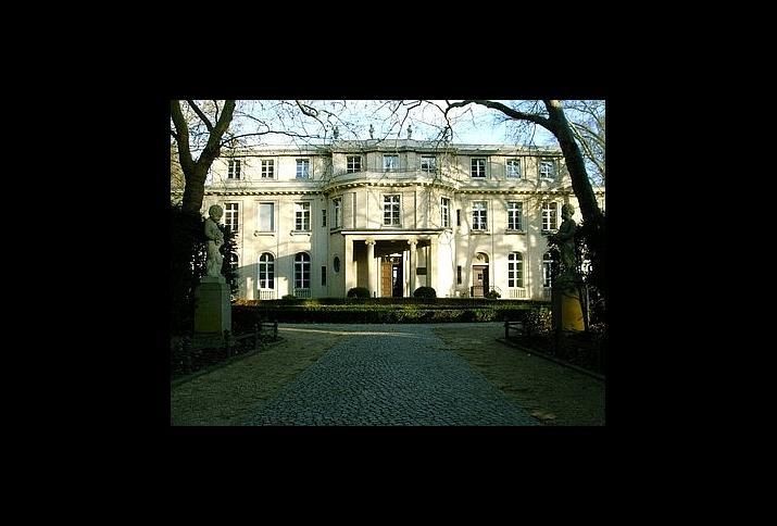 Die Villa Am Großen Wannsee 56-58 im Januar 2012, 70 Jahre nach der Wannsee-Konferenz vom 20. Januar 1942