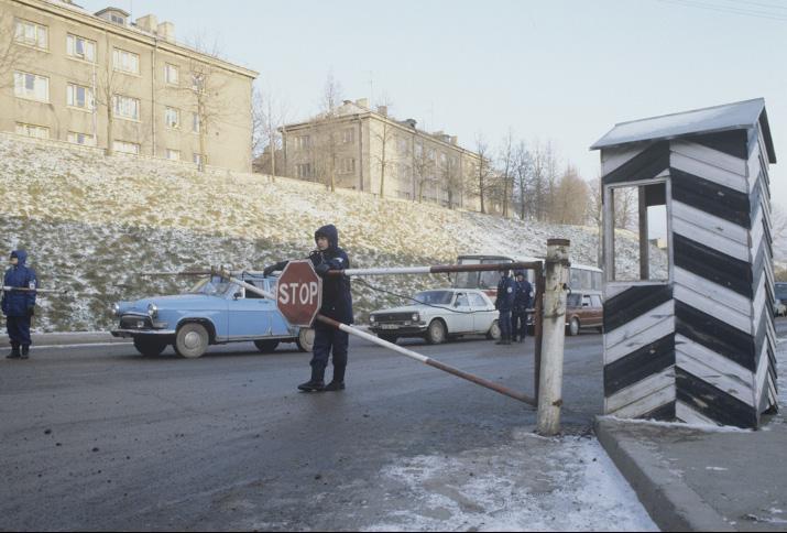 Die Grenze zwischen Estland (Narva) und Rußland (Ivangorod) am 1. Dezember 1991, Foto: Sergey KompanichenkoRIA Novosti archive, image #472705 / Sergey Kompanichenko / CC-BY-SA 3.0 (http://creativecommons.org/licenses/by-sa/3.0)], via Wikimedia Commons