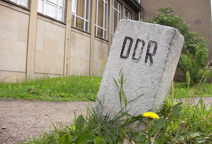 """Grenzstein mit der Aufschrift """"DDR"""""""