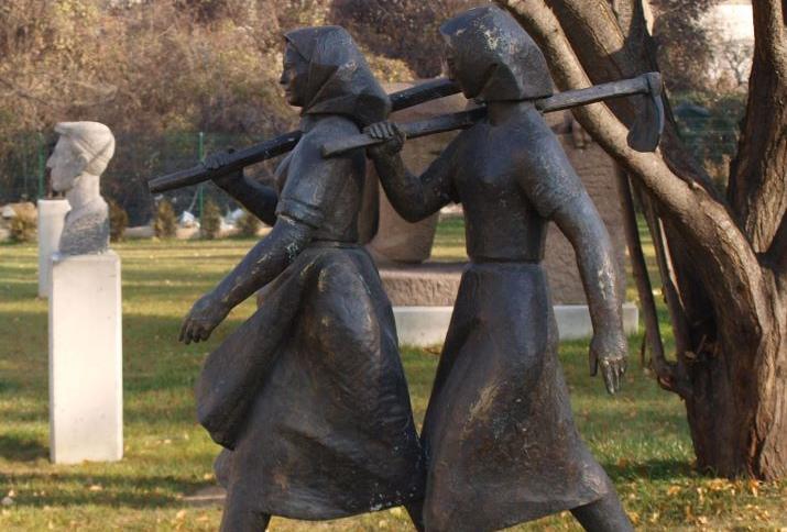 Skulptur im Park des Museums für sozialistische Kunst in Sofia - Mitarbeiter des TKZS