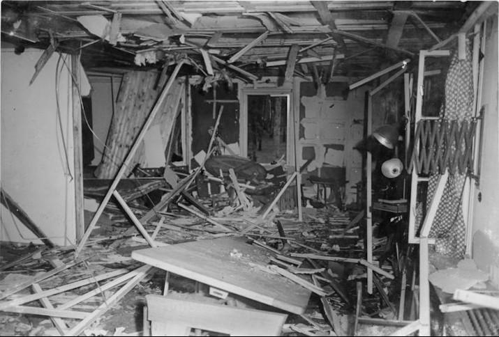 Zerstörte Lagerbaracke nach dem 20. Juli 1944
