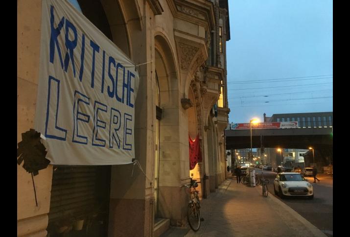 Plakat Kritische Leere vor dem Institut für Sozialwissenschaften der Humboldt-Universität zu Berlin, 23.01.2017.