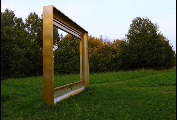"""Westpark Braunschweig: Das Bild zeigt die Skulptur """"Der Bilderrahmen"""" im Braunschweiger Westpark, in der Nähe des Raffteichs. Die Skulptur ist knapp 4 Meter hoch und 6 Meter Lang und wurde 1990, im Zuge des 2. Braunschweiger Bildhauersymposiums, von der K"""
