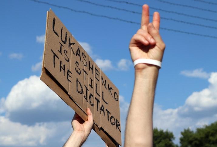 Protest in Belarus, Minsk, Schild mit der Aufschrift: Lukashenko is still the Dictator