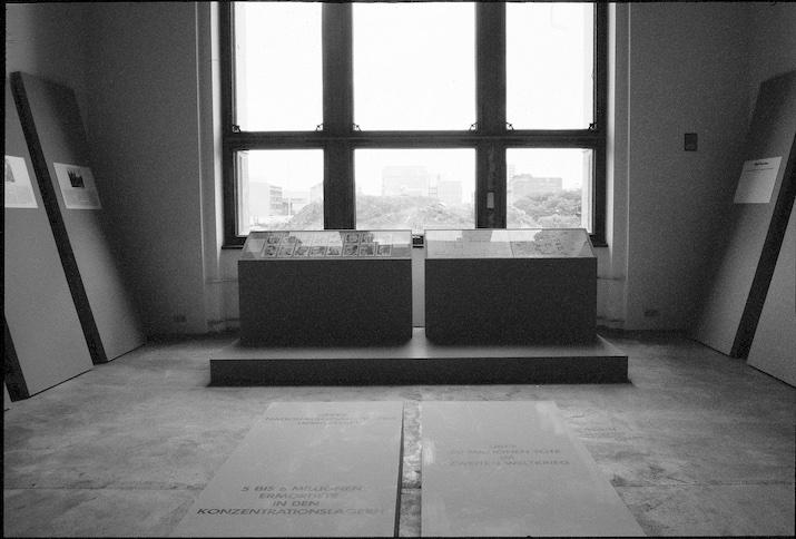 """Der Blick aus dem Fenster von Raum 32 (""""Preußen im Nationalsozialismus"""") geht auf das Gestapo-Gelände"""