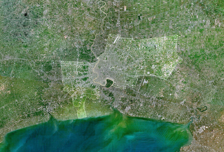 Satellitenbild von Bangkok am 12. Februar 2006. Die Umrisse der Stadt wurden hervorgehoben und eingegrenzt. Foto: Tsui (gemeinfrei).