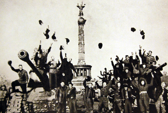 Soviet tanks soldiers before the Siegessäule in Berlin, on 2 May 1945, Foto: National Museum of the U.S. Navy, 2. September 2016, Quelle: Flickr (Public Domain Mark 1.0)
