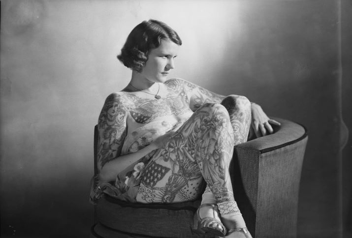 Tattooed lady Betty Broadbent, 4 April 1938. Die Tattoo-Ikone hinterfragte vorherrschende Ideale von weiblicher Schönheit mithilfe ihrer Tätowierungen kritisch.