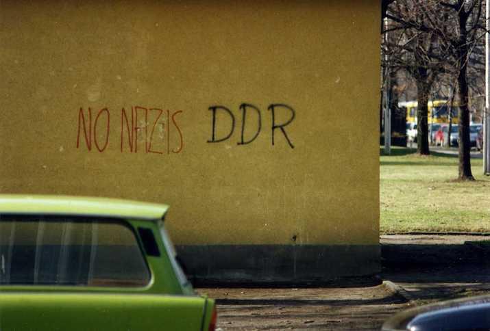"""Dresden 1994, Auf einer Hauswand steht geschrieben """"No Nazis, DDR"""", im Vordergrund ein Trabant Kombi"""