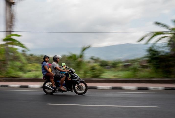 Auf Scooter fahrende Familie, Bali