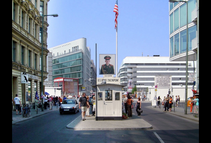 Foto: Checkpoint Charlie aus der Perspektive der ehemaligen US-Zone auf die ehemalige Sowjetzone