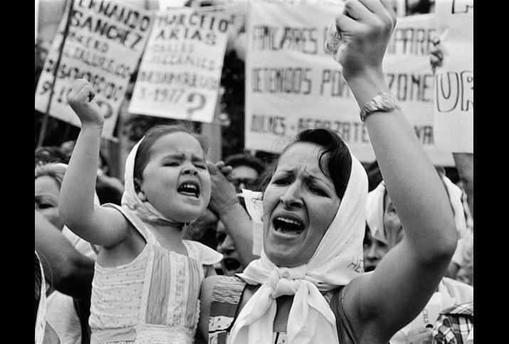 Foto: Mutter und Tochter mit weißen Kopftüchern bei Protesten auf der Plaza de Mayo, Buenos Aires, 1982.