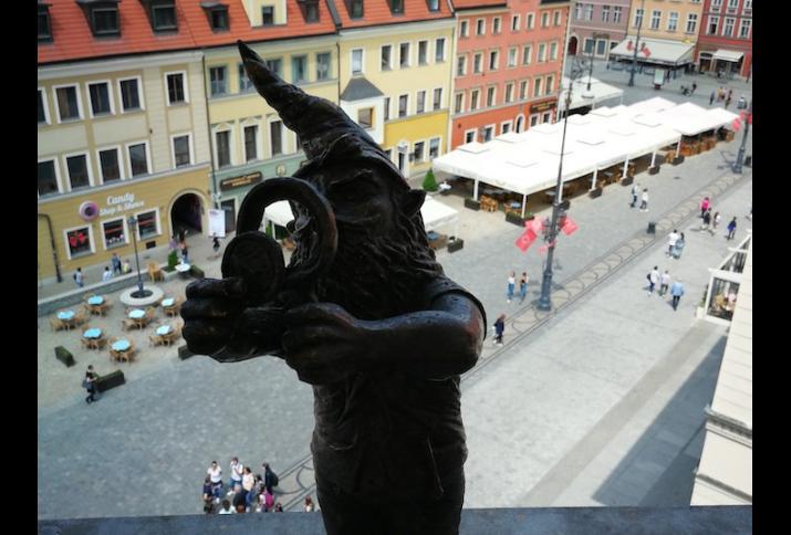 Blick auf den Ring in der Altstadt Breslaus aus dem 4. Stock des Kaufhauses Feniks. Der Zwerg Kolekcjoner (Sammler) betrachtet hier über dem Kern der Stadtlandschaft seine wertvolle Schatzsammlung unter der Lupe. (Foto: J. Stoklasa)