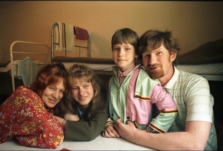 Eine Familie aus Sibirien im Durchgangslager für Aussiedler und Flüchtlinge Friedland